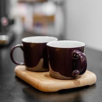コーヒーショップのカウンターで2杯のコーヒー