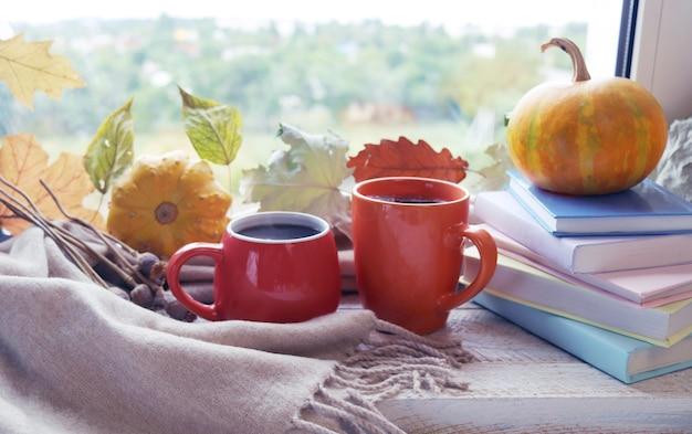 Кашемировое одеяло из двух чашек кофе, тыквенных листьев, воплощает концепцию домашнего уюта