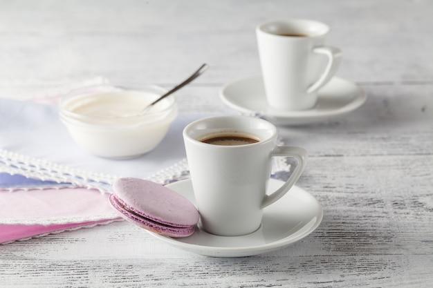 ぼろぼろのシックな背景にコーヒー2杯