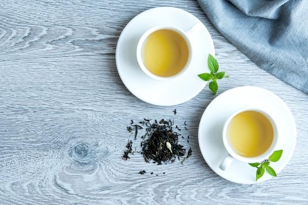 灰色のテーブルに緑茶を2杯