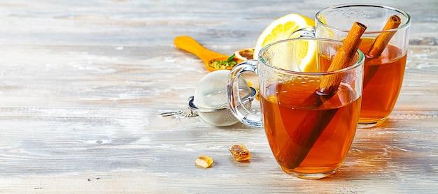 Две чашки горячего чая на деревянном столе