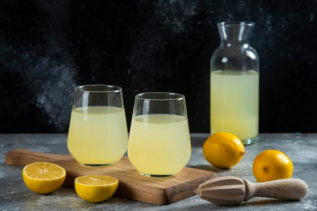 나무 보드에 레몬 주스 2 컵.