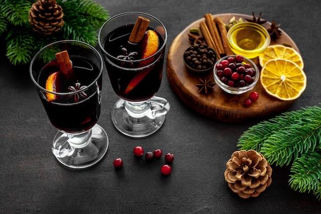 グリューワイン、スパイス、ドライシトラスフルーツの2杯のクリスマスドリンクを温める