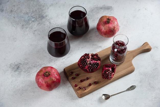 대리석에 석류 주스 두 컵.