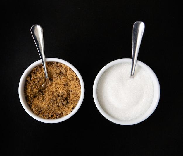 Две чашки сахара с ложками