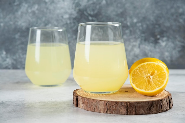 Two cups of tasty lemonade with lemon slices.