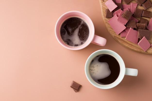 茶色の背景にブラックコーヒーを2杯