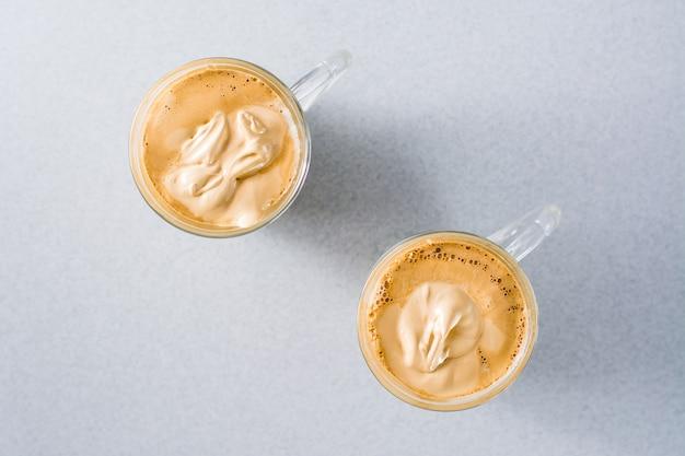 テーブルの上にダルゴナコーヒーが入った2つのカップ。