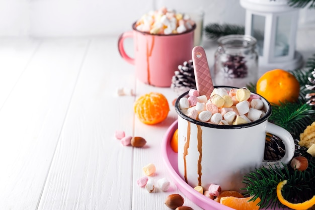 ホットチョコレートまたはココアを溶かしたマシュマロ2つのカップ