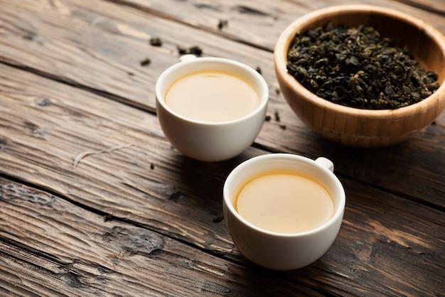 熱い緑茶と2つのカップ
