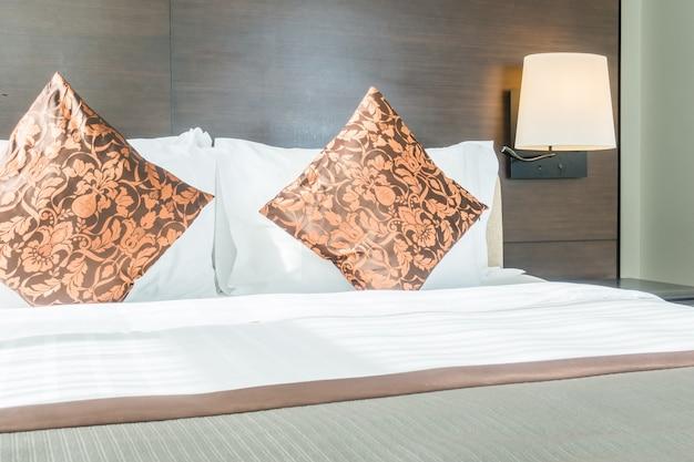 Due cuscini in un letto
