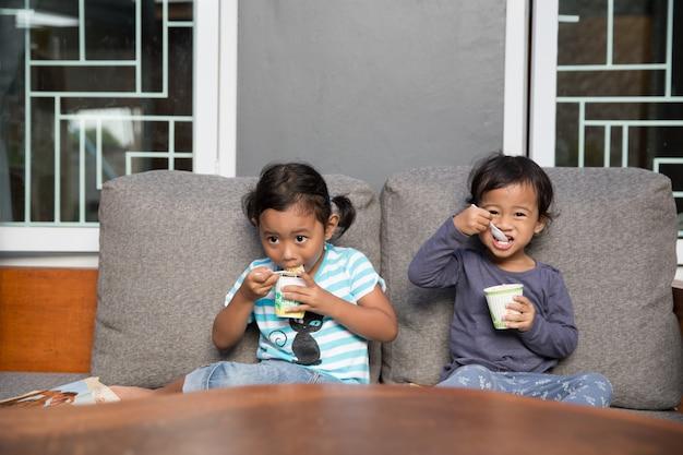 Две милые девушки едят