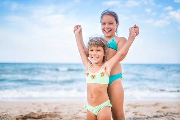 두 귀여운 긍정적 인 작은 여자 자매