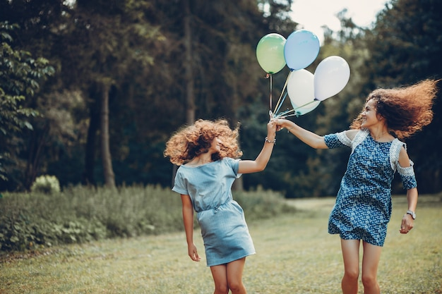 여름 공원에서 두 귀여운 자매