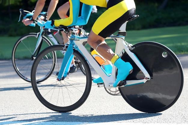 トラックで競う2人のサイクリスト。スポーツと健康