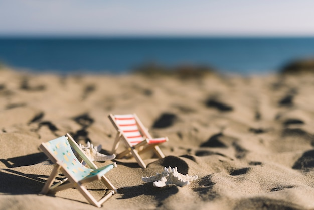 Due sedie a sdraio sulla spiaggia
