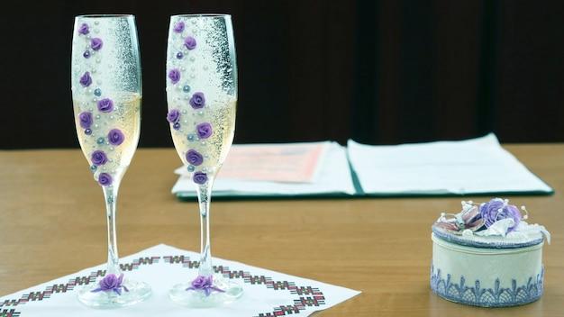 2つの装飾された結婚式のシャンパングラス。結婚式や式典のためのお祝いアイテム