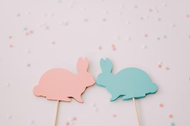 白の2つの装飾的なウサギ