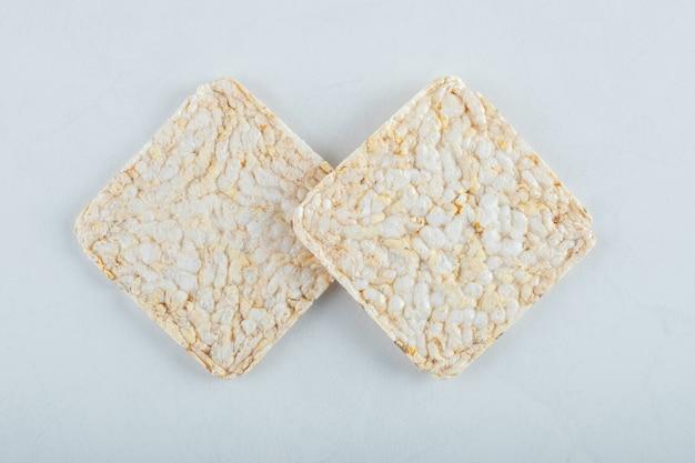 Due deliziosi pani croccanti ariosi su bianco.