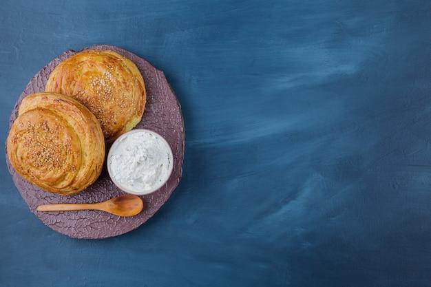 2つのおいしい伝統的なペストリーと木片のサワークリーム。