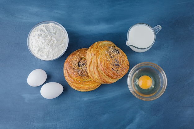 파란색 표면에 밀가루와 우유 두 맛있는 전통 파이.