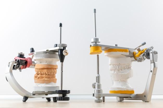 Два стоматологических артикулятора с гипсовыми моделями в зуботехнической лаборатории