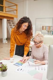 Два дизайнера выбирают цвета одежды