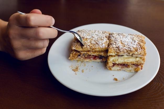 Два десерта, стоя на деревянном коричневом столе