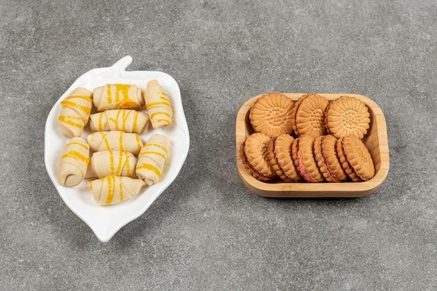 Due biscotti diversi su vari piatti