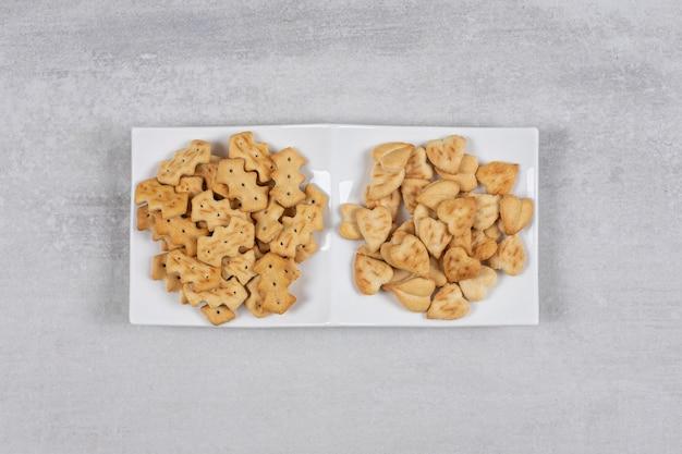 白い皿に2種類のクラッカー。