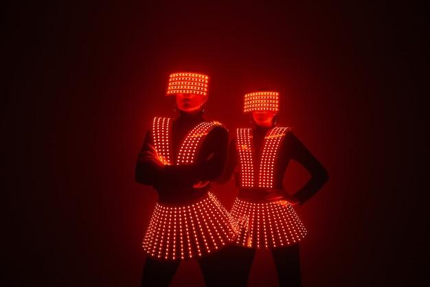 두 명의 디스코 댄서가 uv 의상을 입고 움직입니다.