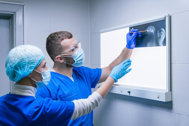 두 의사가 x- 레이를 검사하고 있습니다. 방사선과