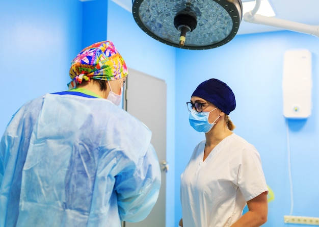 Two doctors discuss before surgery