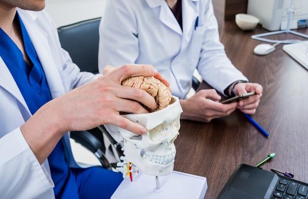 病院で評議会を持つ2人の医師。