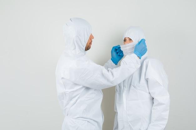 防護服を着た2人の医師