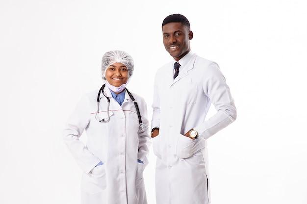 白の2人の医師。聴診器でインドの女性。アフリカ人。