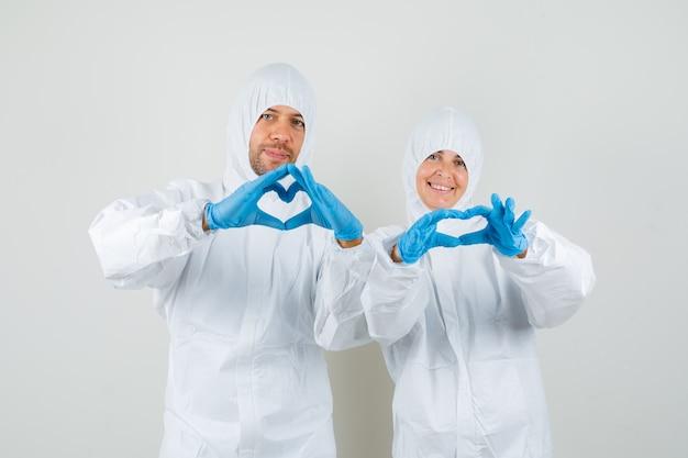 防護服で心臓のジェスチャーを示す2人の医師
