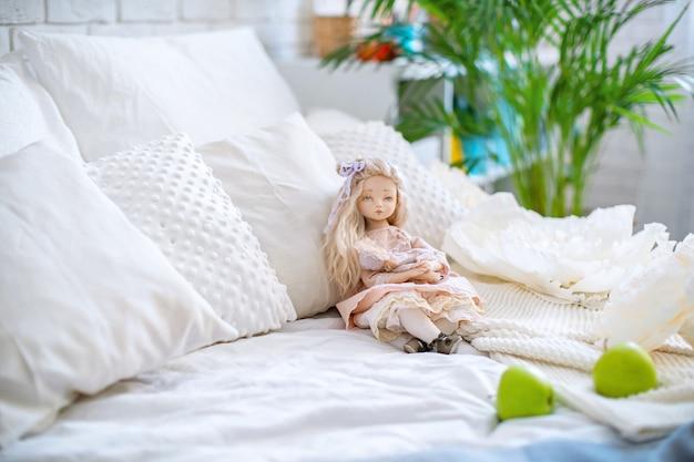 Две куклы, сделанные руками из текстиля, очень похожи на живых людей