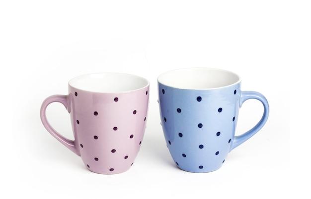 Две точечные чашки чая на белом фоне