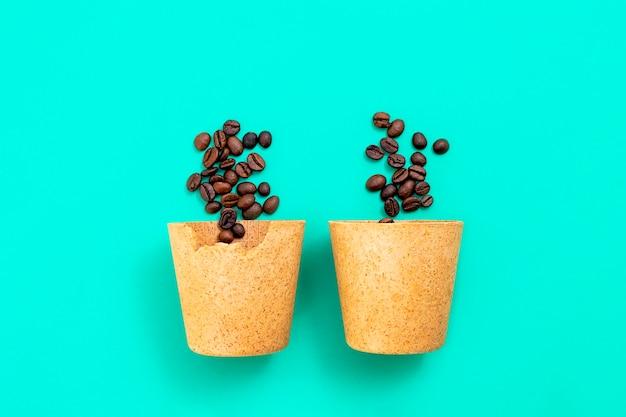 Две съедобные эко-кофейные чашки, которые можно съесть после питья из вафель с кофейными зернами на гриле ...