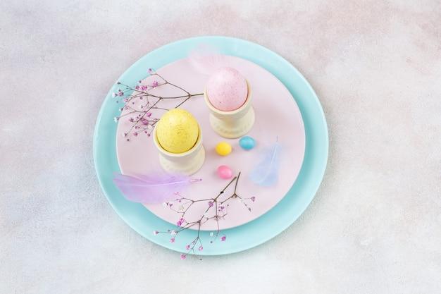 プレート上のイースターのための2つの卵と装飾