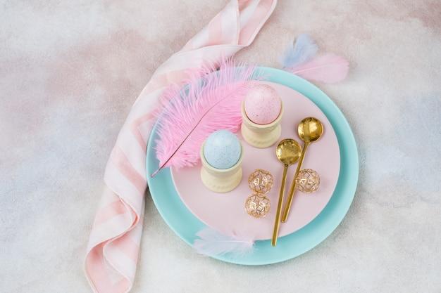 プレートに卵2個とスプーン2個、イースターの装飾