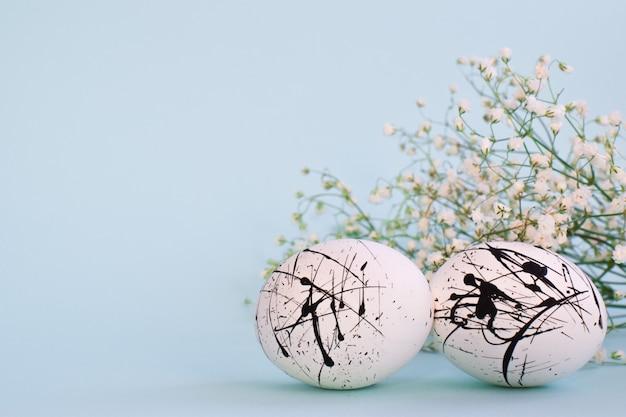 2つの卵は白く、水色に黒い斑点があります Premium写真