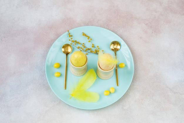 プレートに卵2個、イースターの装飾、スプーン2個