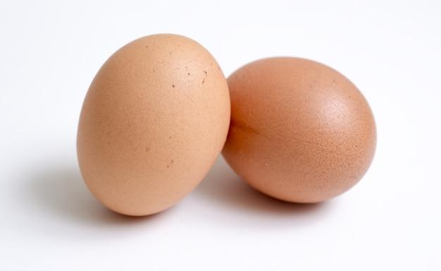 Два яйца, изолированные на белом фоне