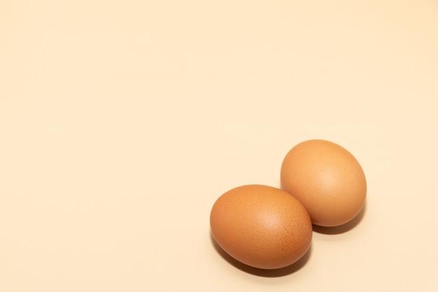 간단한 배경 복사 공간에 두 개의 계란