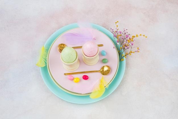 イースターのための2つの卵、2つのスプーンと装飾