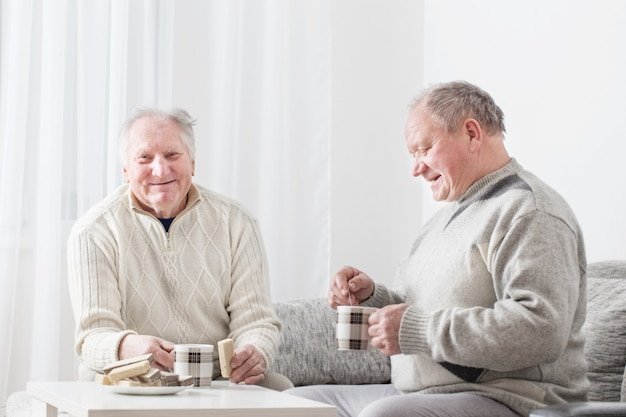 실내 차 한잔과 함께 두 노인