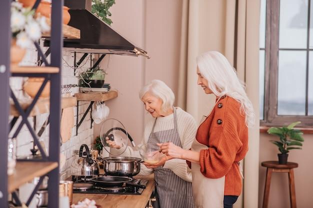 朝食の準備をしている2人の年配の女性