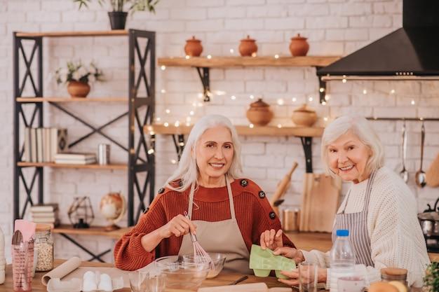 一緒に時間を過ごして幸せそうに見える2人の年配の女性
